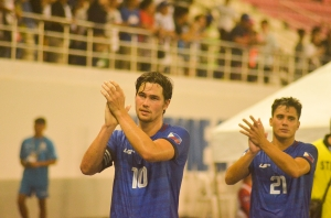 Phil Younghusband and the rest of the Philippine Football Team, giving thanks to the fans.